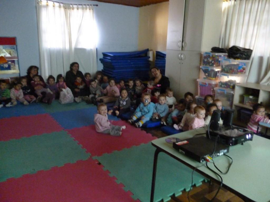 no terceiro dia as crianças assistiram um filme bem divertido!