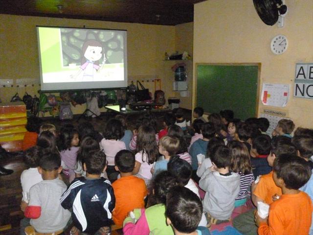 no terceiro dia de festa as crianças assistiram um filme bem divertido!