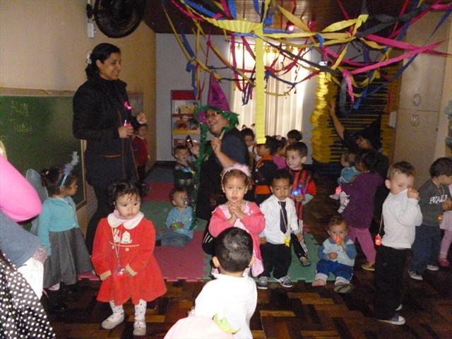 A professoras do MII preparam o ambiente para a balada com direito a luzes coloridas.As crianças ficaram encantadas,e se divertiram muito ao sons de musicas infantis.