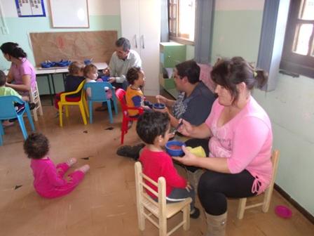 Pais do Berçário II participam da rotina dos filhos.