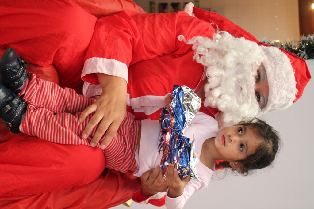 No último dia de CMEI o Papai Noel veio visitar as crianças trazendo presente! Cada criança ficou encantada com tantas coisas que ganharam! a equipe do CMEI  ITAMARATI agradece a parceria da IMOBILIÁRIA LOPES que fizeram o natal de nossas crianças mais feliz. Nosso muito obrigado e um Feliz Natal a todos  e um 2014 abençoado!