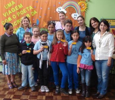 Estudantes e professores recebem prêmio como incentivo à leitura.