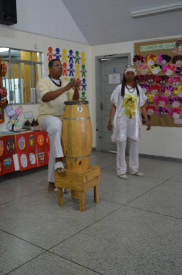 Apresentação de atabaque no dia da exposição da Consciência Negra.