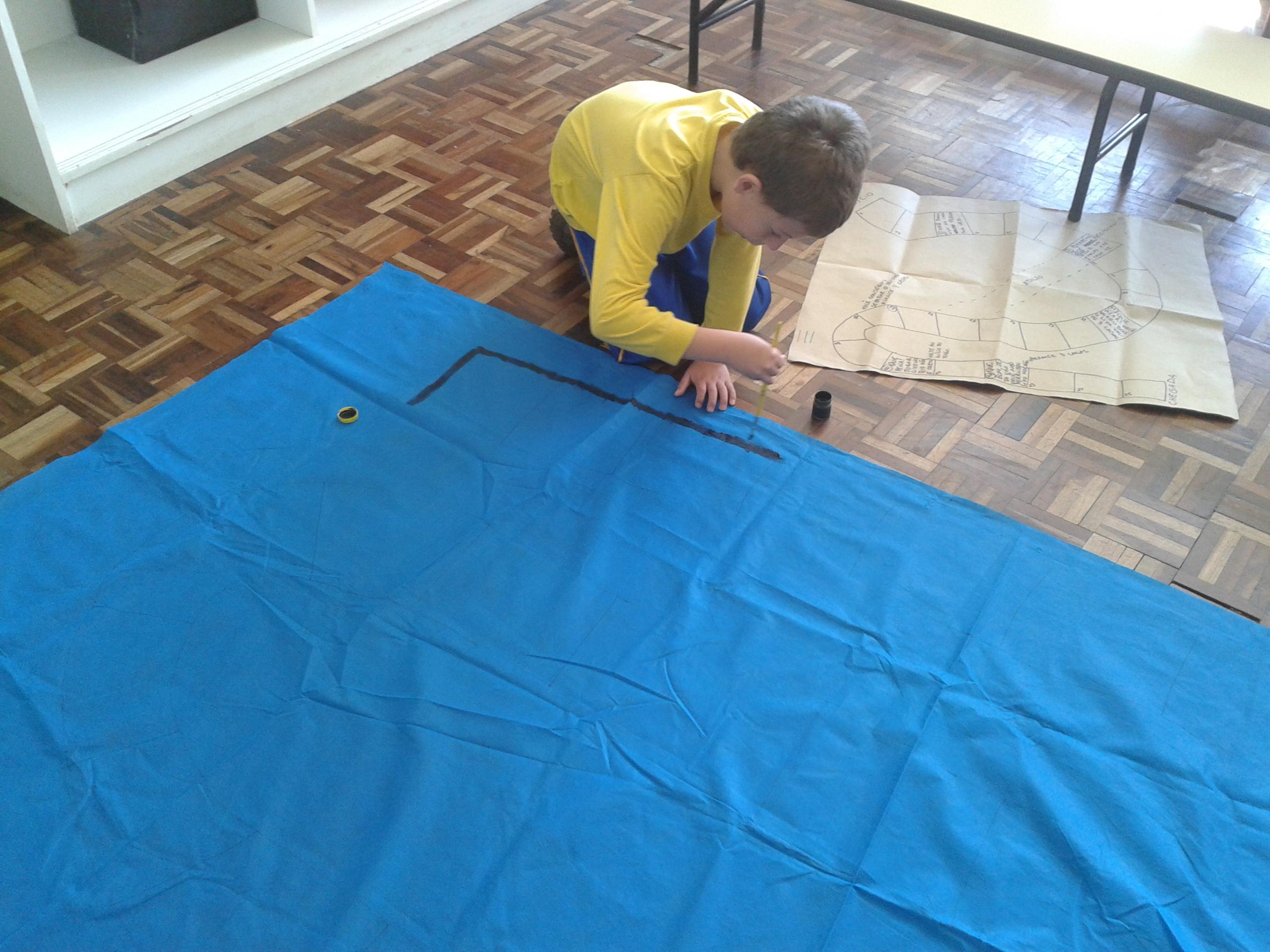 Alunos da manhã da UEI Padre João Cruciani confeccionam jogo gigante sobre o lixo.