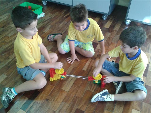 Alunos realizam montagem do Lego na UEI.