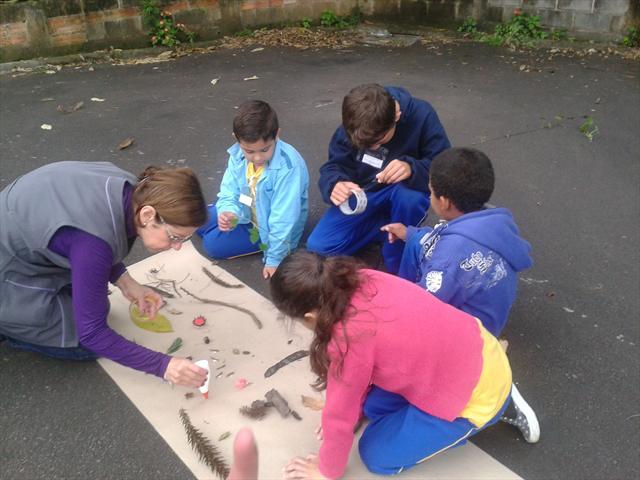 Estudantes realizam trabalho na área de preservação ambiental.