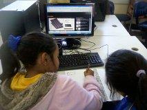 Estudantes do 4º ano B em aula no Laboratório de Informática.