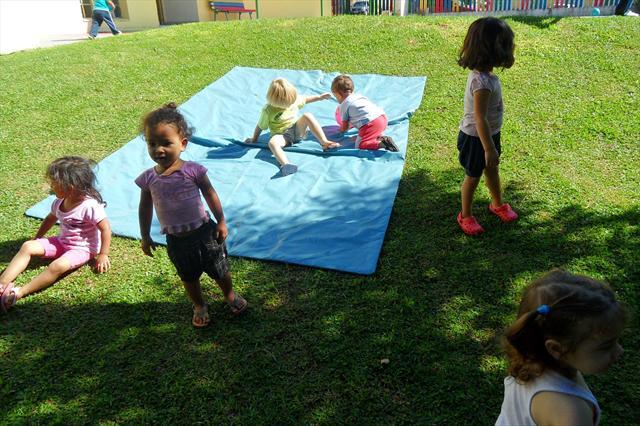 crianças no pátio.