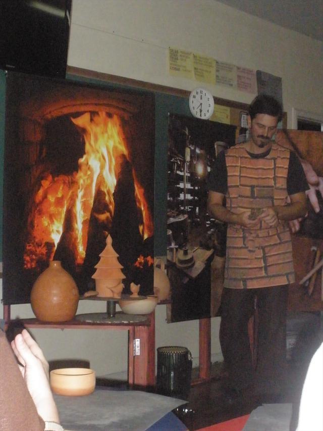 Professores participam de uma oficina utilizando argila.