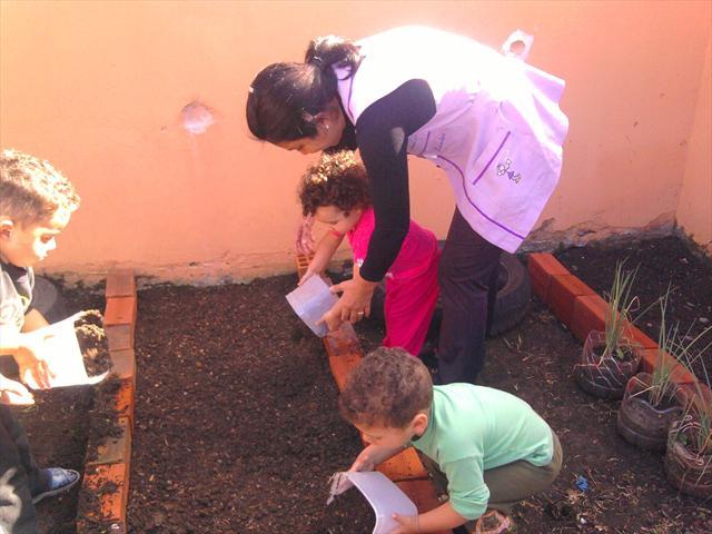 Crianças plantando as sementinhas