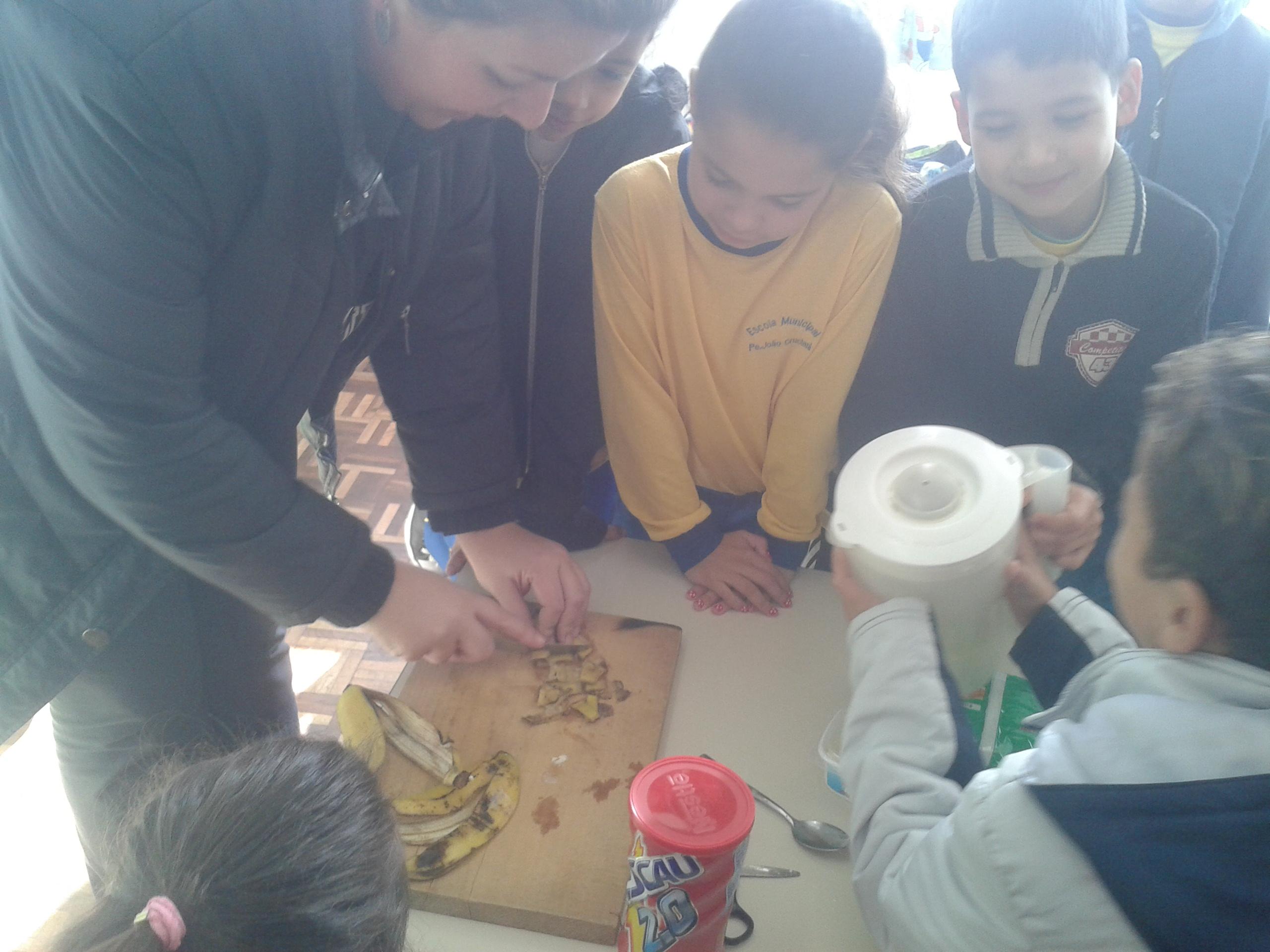 Estudantes da UEI manhã realizam receita com reaproveitamento de alimentos.