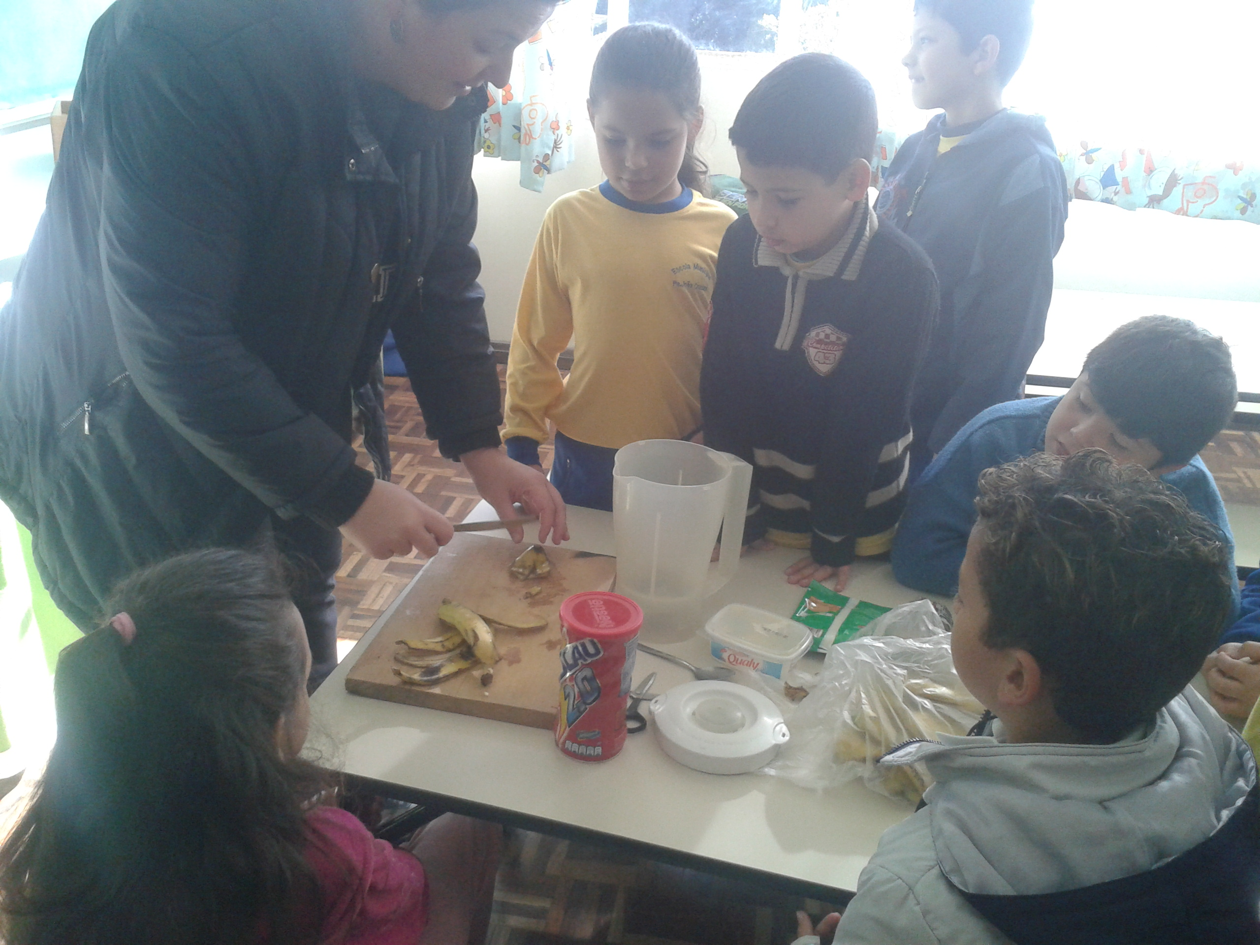 Estudantes utilizam receita para trabalhar reaproveitamento de alimentos.