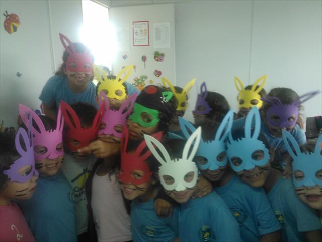 Alunos com máscaras de coelho
