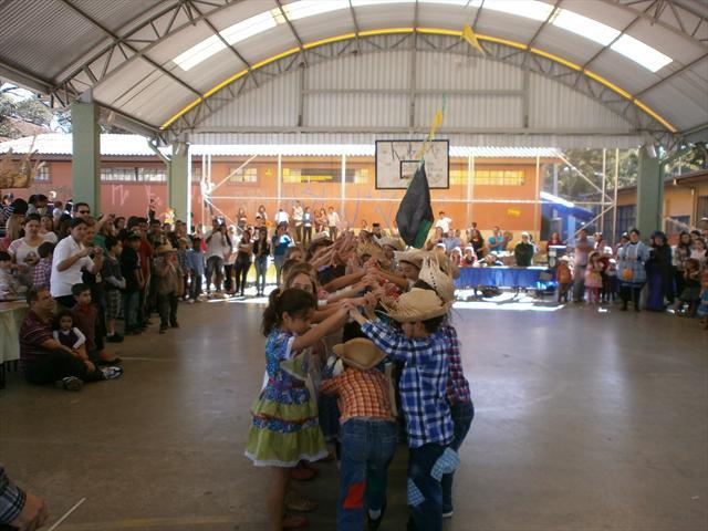 Alunos da Escola fazendo a dança da quadrilha.