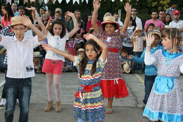 Danças, comilança e brincadeiras na festa junina.