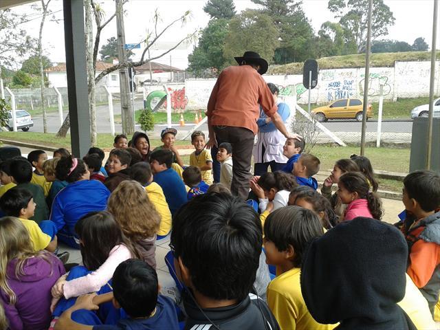 Contação de história, juntamente com música e adivinhas: sucesso com os estudantes.
