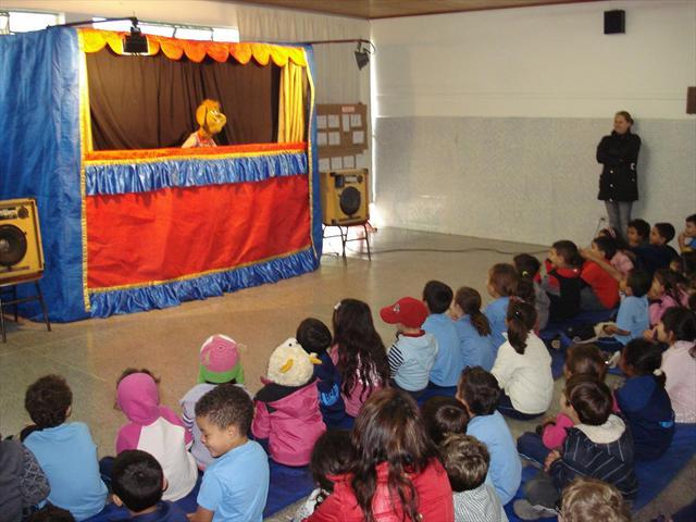 Apresentação de teatro de bonecos gigantes
