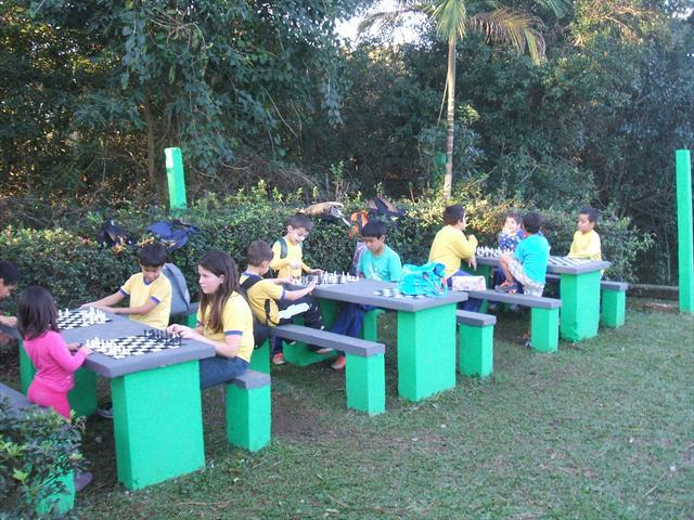 Alunos da UEI realizam aula de xadrez ao ar livre