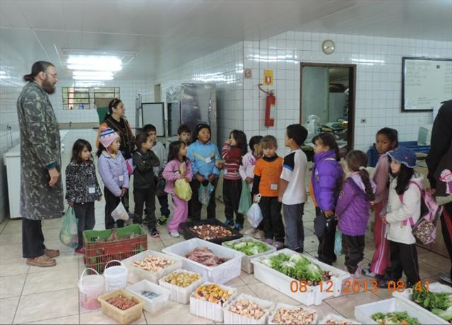 Crianças do 1º ano visitaram a cozinha do Zoológico.