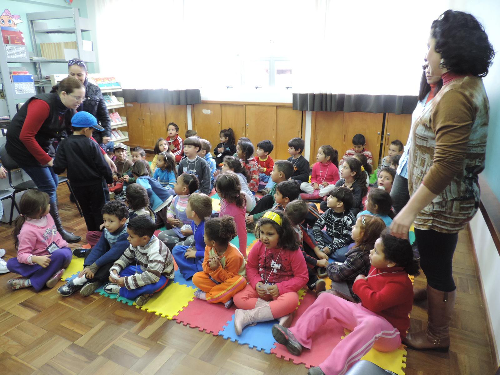 Crianças na biblioteca.