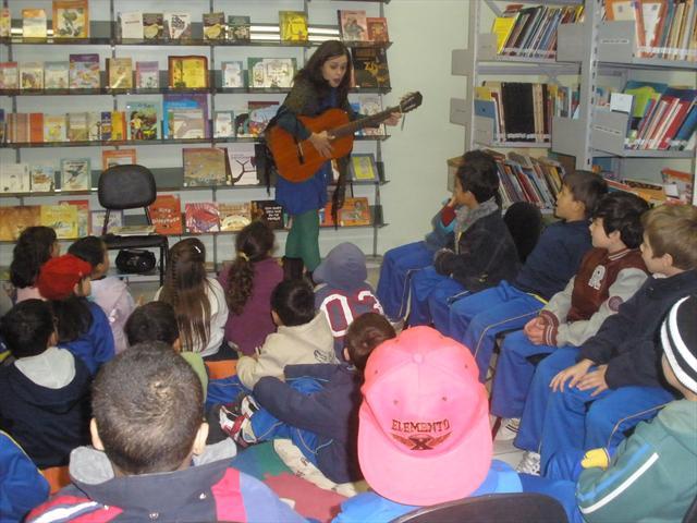 Apresentação teatral na Biblioteca da escola.