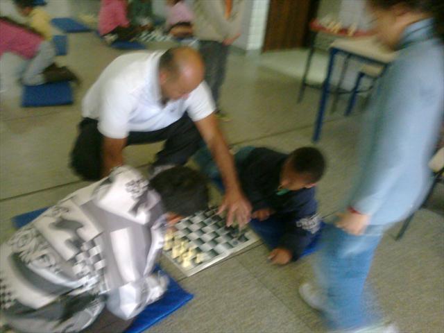 Professor ensinando movimento das peças no tabuleiro.