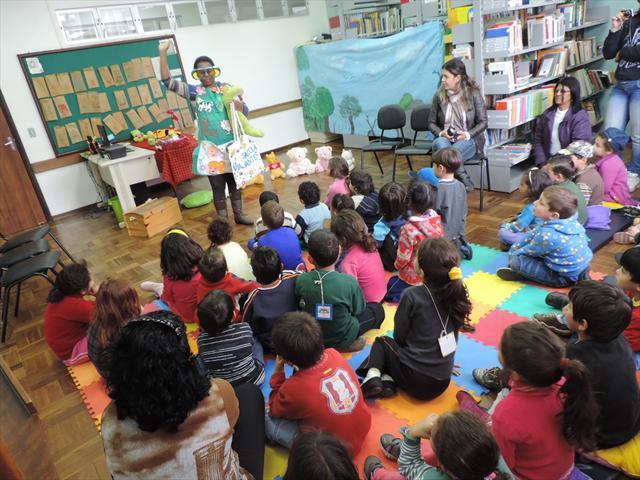 Crianças atentas à prof.ª Valdete.