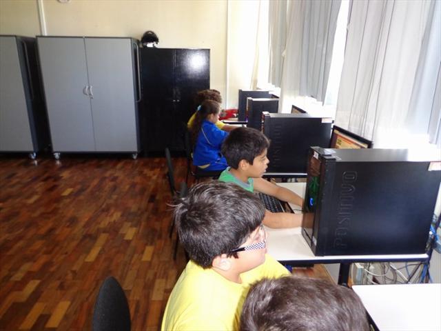 Estudantes da UEI Padre João Cruciani realizam estudo sobre a mancala, jogam on-line e constroem uma com materiais reutilizáveis.