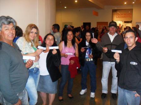 Estudantes da Educação de Jovens e Adultos vivenciam momentos culturais indo ao teatro.