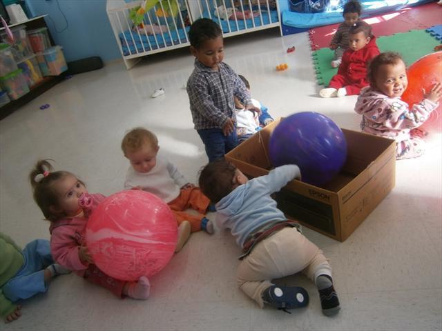 Atividades e brincadeiras no berçário