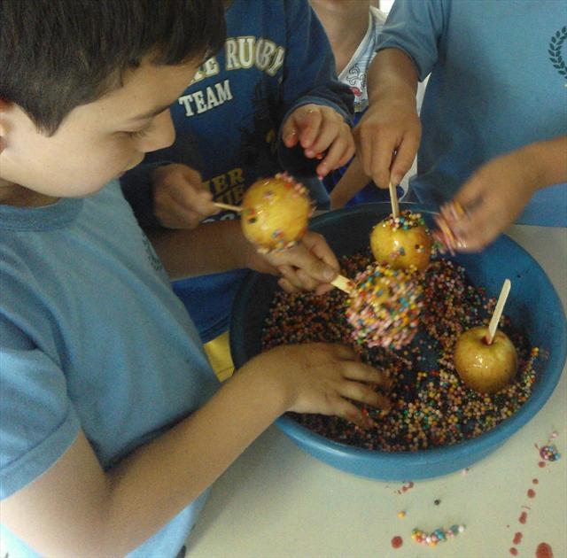 Preparando a receita da maçã do amor