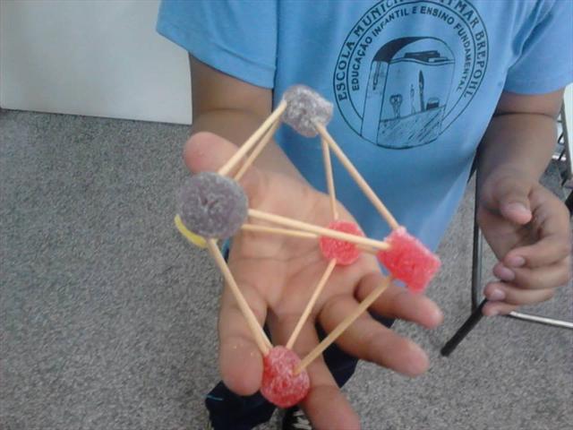 5º ano B constrói poliedros