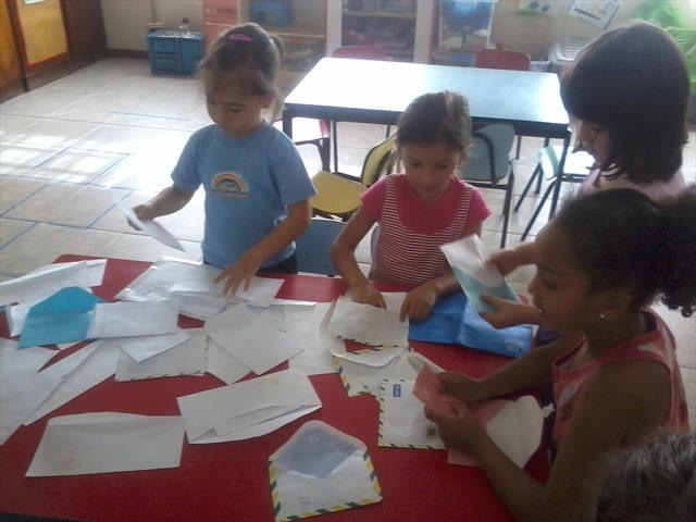 As descobertas em enviar e receber cartas e correspondências.