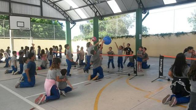 Alunos participam dos jogos interativos na escola.