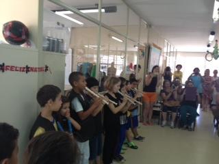 Alunos da UEI fazem apresentação de flauta como fe
