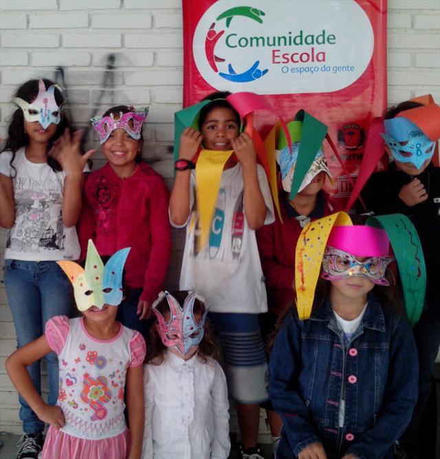 Confecção de máscaras e baile de carnaval no comunidade escola