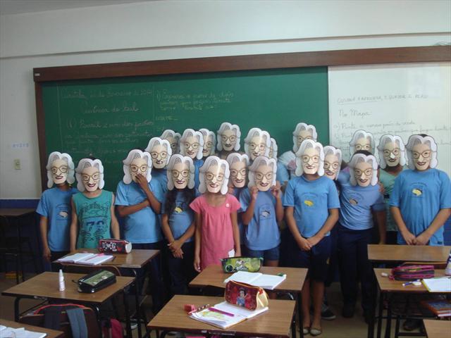 Alunos se divertindo com as máscaras da vó Gertrud