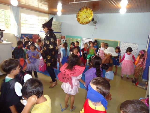 As crianças pularam carnaval no CMEI!