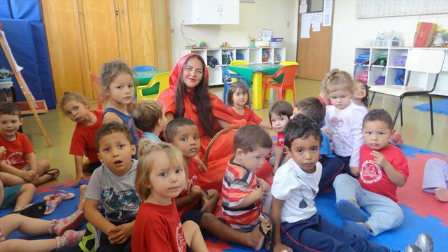 Chapeuzinho Vermelho visita as crianças do CMEI Abaeté