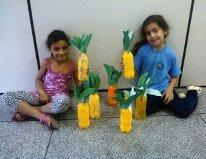 As alunas Ana luiza e Barbara demonstrando o abaca