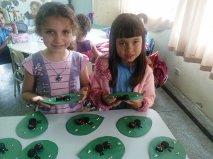 Demonstrando as formigas as alunas Evelin e Eduard