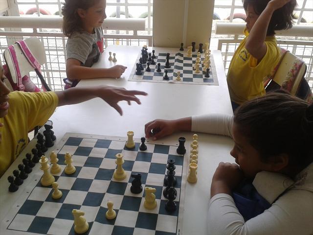 Estudantes aprendem a jogar xadrez na UEI