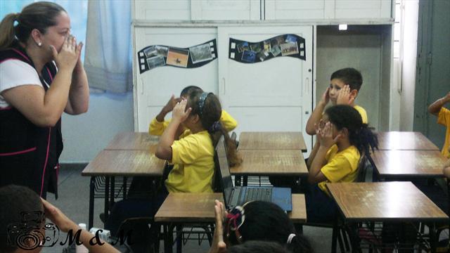 Massagem facial - Profª Maite com os alunos na ofi
