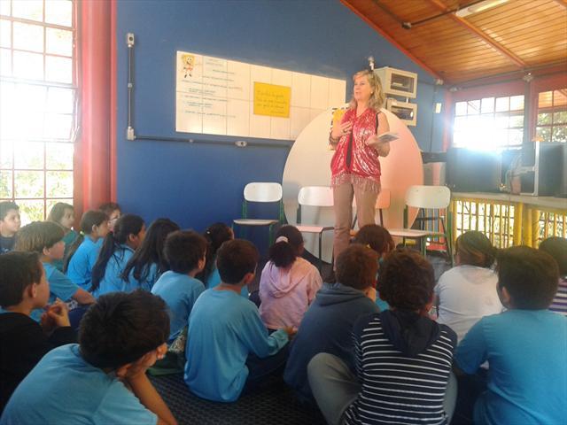 Estudantes da Escola Municipal Anísio Teixeira recebem a poetisa catarinense Anair Weirich