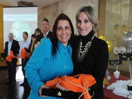 Pedagoga Karin Cristina Santos é homenageada no 1º Concurso de Poemas Curtos da PMC