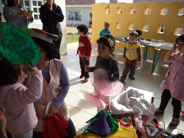 As Crianças Do CMEI Fazem Integração Nos Espaços Externos