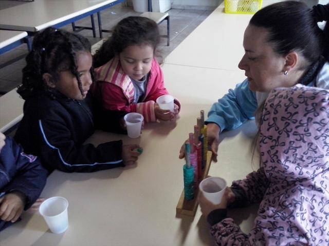 O maternal III aprendendo a jogar o jogo do ábaco