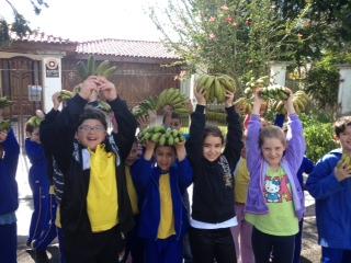 Alunos trocam lixo reciclável por frutas.