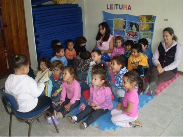 Crianças do M II C Lêem Histórias para os Colegas