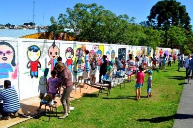 Muros da Escola Municipal Araucária ganham grafitagem em projeto contra o bullying